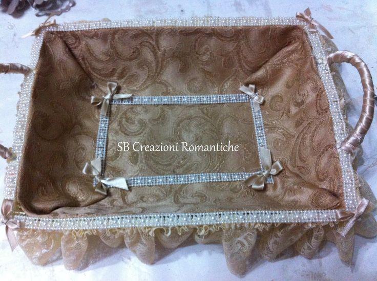 Cestino in vimini ricoperto in stoffa e decorato con nastro raso, pizzo e perle