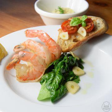 Krevety s baby špenátem a česnekovou majonézou - a k tomu bruschetta s cherry rajčátky