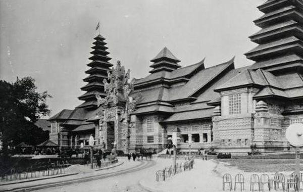 Anjungan Hindia Belanda di perhelatan Koloniale Tentoonstelling di Paris 1931. Anjungan ini dibangun oleh para seniman Bandung. Foto: Dok. KITLV Leiden.