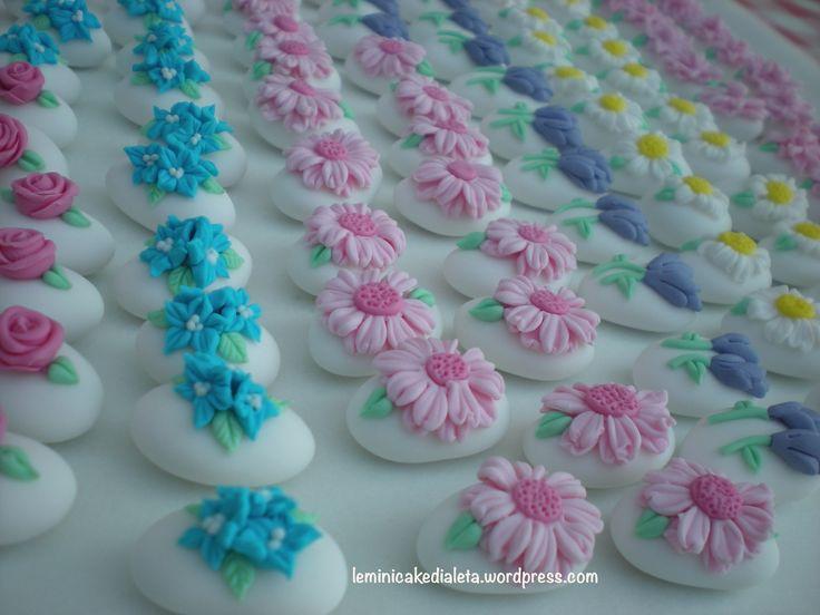 Confetti decorati fioriti. handmade www.leminicakedialeta.wordpress.com leminicakedialeta@gmail.com
