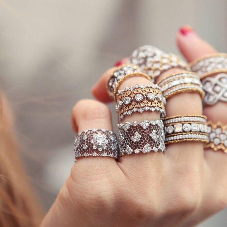 Dúvidas de como cuidar das suas joias? A nossa colunista e consultora de moda @UchaMeirelles listou 5 dicas para mantê-las limpas e bem conservadas. Confira no site: marieclaire.globo.com. #Upost