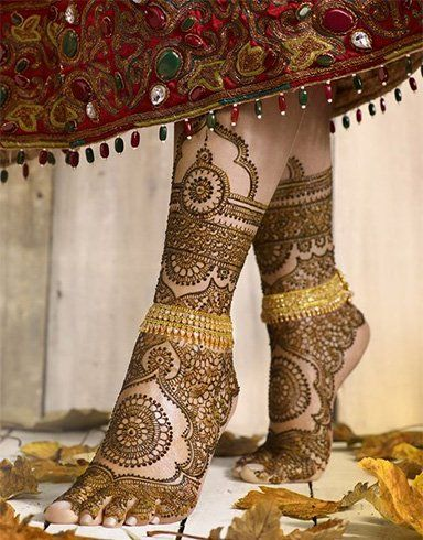 Henna designs on the feet come to life when they are spaced out so beautifully adorning every inch of the foot.