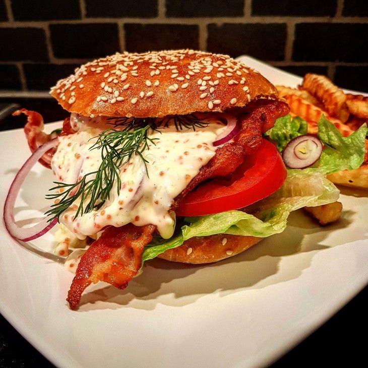 En god burgare är aldrig fel. Här en smarrig laxburgare med bacon och romsås.