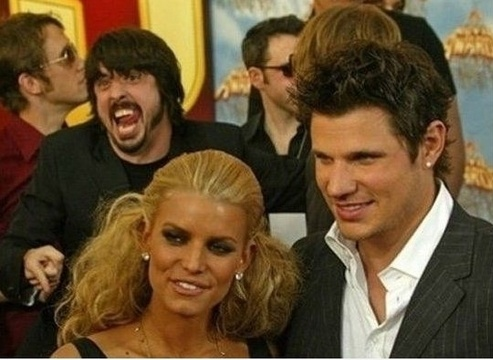 Photo bomb... Dave Grohl style.: Celebrity Photobomb, Nick Lachey, Grohl Photobomb, Dave Grohl, Davegrohl, Funny Stuff, Photo Bombs, Photobomb Jessica, Jessica Simpsons