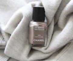 Beige Chanel-nagellak.