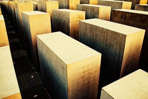 Monumento al Holocausto    El Memorial a los judíos asesinados de Europa (Denkmal für die ermordeten Juden Europas), también conocido como el Monumento al Holocausto, es un memorial berlinés a la víctimas judías del Holocausto. Diseñado por el arquitecto Peter Eisenman y los ingenieros del Buro Happold. El memorial consiste en un área de 19.000 m² cubiertos con 2.711 estelas de cemento formando un patrón de rejilla ondulada.