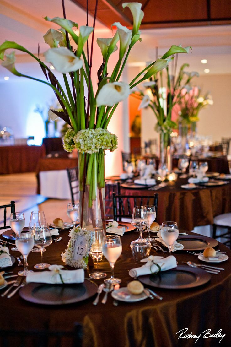 Calla lily centerpiece. www.costaricaweddingcelebrations ...