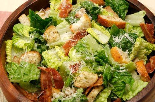 Салат с беконом и гренками