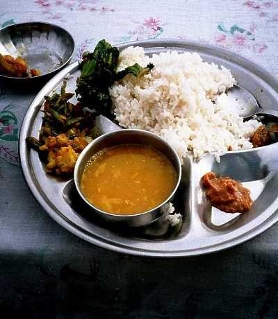 Linser og kokt ris. Det er det dal bhat betyr, ikke mer. Men i en skikkelig nepalsk dal bhat er det likevel vesentlig mer enn linser og kokt ris. Smaker, for eksempel. Masse smaker! Oppskrift skrevet av Rainer Dal bhat…
