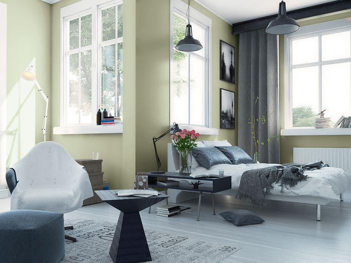 Stonowaną kolorystykę sypialni doskonale uzupełniają miękkie tkaniny w pastelowych odcieniach. Delikatnie przełamują elegancki styl, stworzony dzięki wyszukanym meblom. / Tikkurila Color Now - paleta SERENE (zielenie)