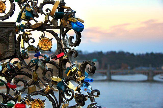 PRAGUE - CZECH REPUBLIC Cadeados dos enamorados, na Ponte Carlos