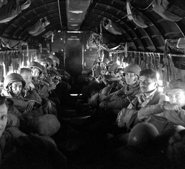 Peu avant leur saut sur Diên Biên Phu, un bataillon de parachutistes envoyés en renfort. Date : Mars 1954
