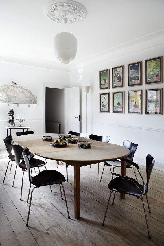 Klassiske møbler og abstrakt kunst