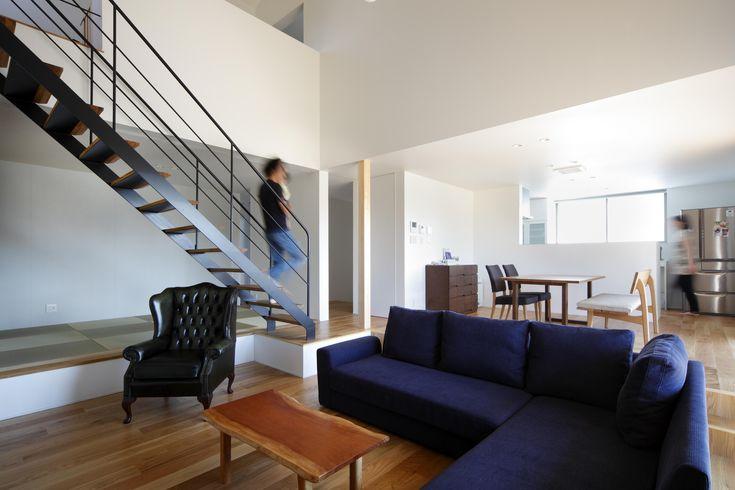 スケルトン階段が美しいシンプルモダンなリビング(おおきな屋根を楽しむ住まい)