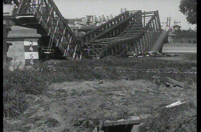 Een tocht door de gevechtszone - Zwijgende impressie van de situatie na de gevechten van de meidagen 1940. Nederlandse journalisten en fotografen maken o.l.v. een Duitse officier een tocht naar de gevechtsterreinen aan de IJssel en de Grebbeberg..  In Rhenen zijn huizen verwoest en heeft de Cunerakerk ernstige schade opgelopen. De IJsselbruggen in Westervoort, Kampen en Dieren zijn vernield. Een bootje zorgt voor de aan- en afvoer van mensen en goederen over de rivier.