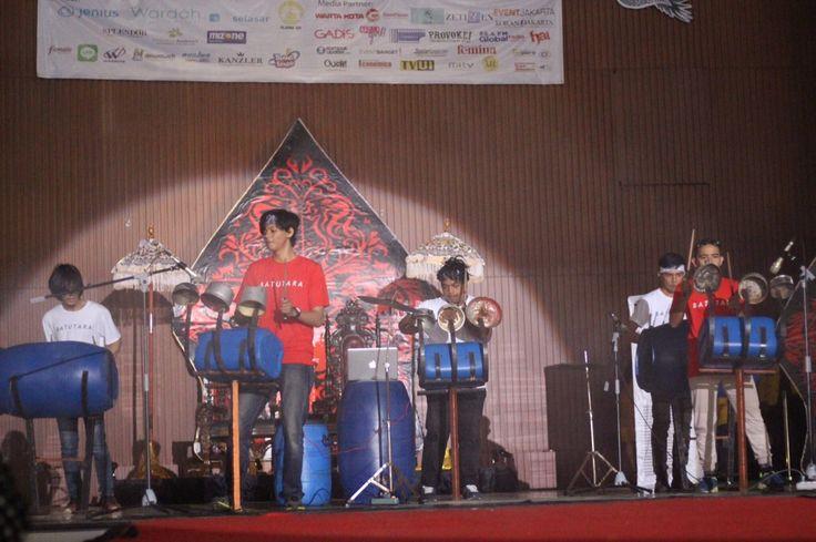Undangan datang kepada kami para perkusionis barang bekas Batutara Percussion untuk bermain perkusi memeriahkan acara OKK penerimaan mahasiswa baru dari Universitas Indonesia.Sudah menjadi ciri kha…