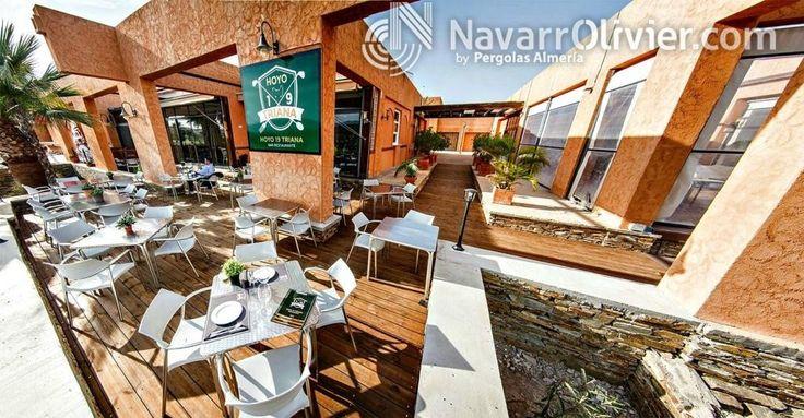Terraza de restaurante con tarima de madera tratada para exteriores. www.navarrolivier.com