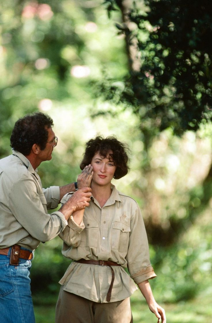 Sydney Pollack and Meryl Streep on the set of Out of Africa (1985).
