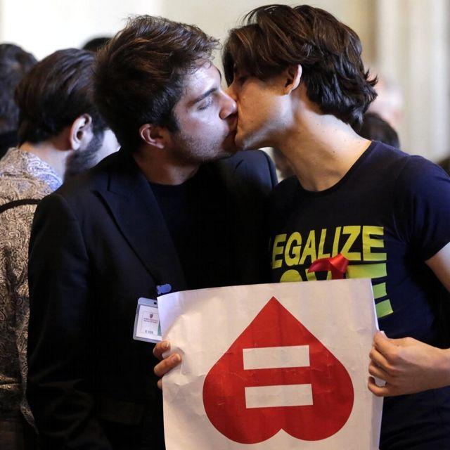 Roma dice sì alle unioni civili. baci e palloncini a forma di cuore in campidoglio