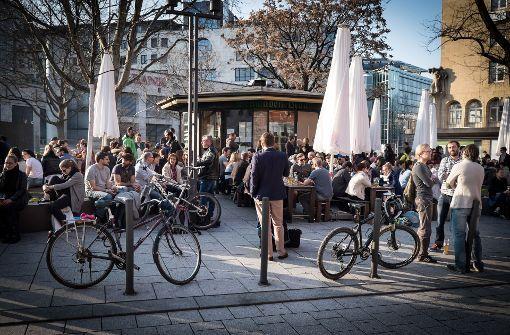 """Vom Banker bis zum Hipster trifft man sich in Stuttgart im Sommer am """"Palast"""". Gemeint ist der Palast der Republik. Das kleine Häuschen an der Ecke Bolz-/Friedrichstraße ist ein beliebter Szenetreff in der City. Foto: Lichtgut/Achim Zweygarth"""