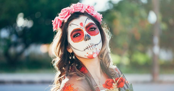 ¡Olvídate de los típicos atuendos! Estos disfraces inspirados en el Día de Muertos, te harán lucir increíble y con un marcado sello nacional. Exotic Makeup, Girl Birthday, Carnival, Halloween Face Makeup, Glamour, Party, Painting, Memes, Girls