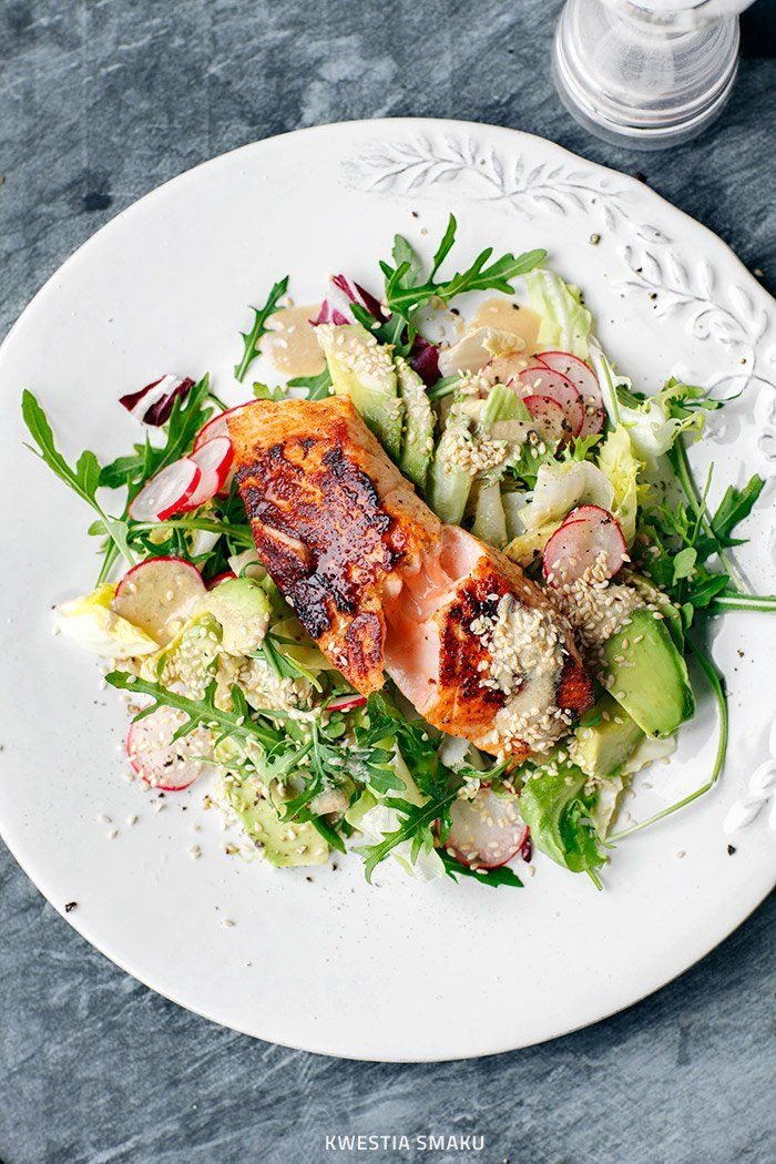 SALAD WITH SALMON AND AVOCADO WITH TAHINI DRESSING