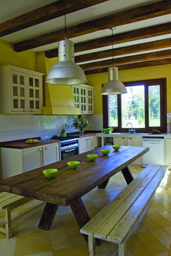 Con sus paredes pintadas de amarillo y las vigas antiguas - Como pintar techos ...