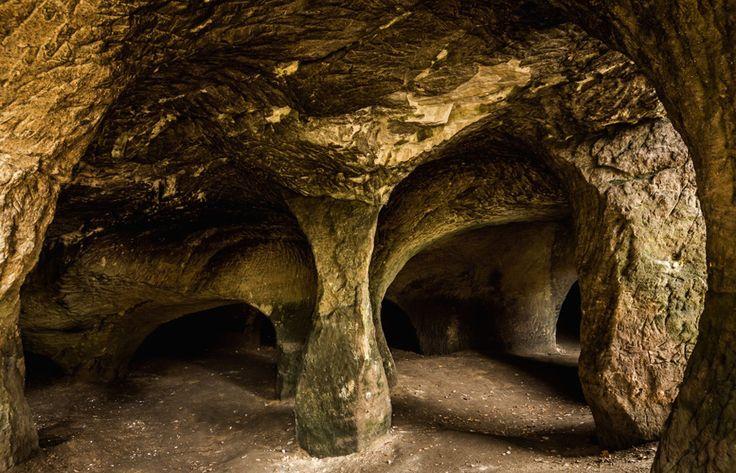 Pusté kostely jsou soustava převážně umělých jeskyní v pískovcových skalách při říčce Svitávka mezi obcemi Velenice a Svitava na Českolipsku.Celá oblast podél říčky Svitávky v délce necelých 3 km od obce Svitava směrem k Velenicím je protkaná mnoha jeskyněmi, většinou umělými. Vznikaly v různých obdobích a za pomocí různých technik. V některých prostorách údajně žili středověcí mniši.