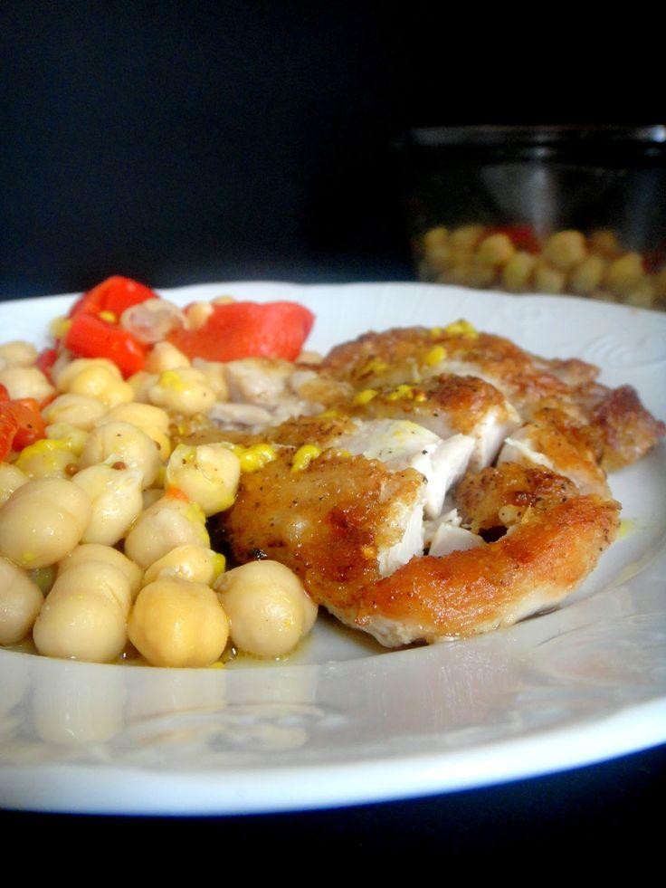 Coxas de frango grelhado com grão -de-bico ,pimentos piquillo e molho de limão