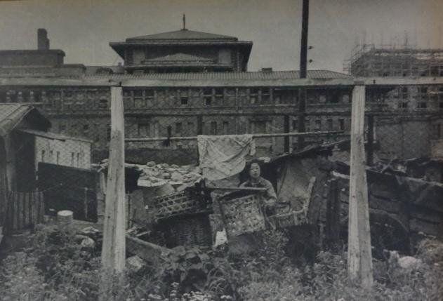 昭和29年 帝国ホテルの前にバラックを建てて住む女性★法律はともかく、たくましい!! 山本寛(@ahfisn39)さん | Twitter