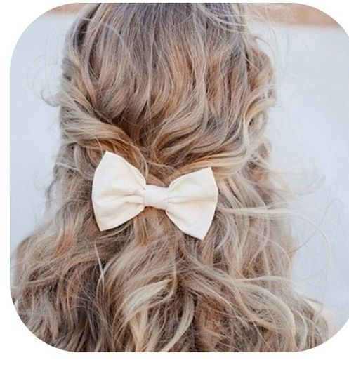 Cute messy curled hair, almost makes me willing to wear a bow!
