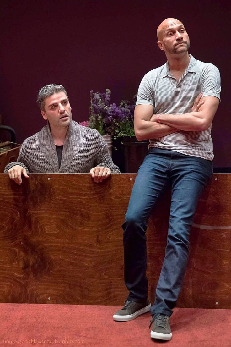 """Oscar Isaac as Hamlet and Keegan-Michael Key as Horatio in """"Hamlet"""" at The Public Theater in New York City, NY. (13th July, 2017) L'uomo accattivante"""