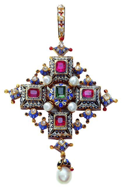 An Ernesto Rinzi pendant from 1860 to 1865, made of gold, rubies, emerald, diamonds, pearls and enamel.