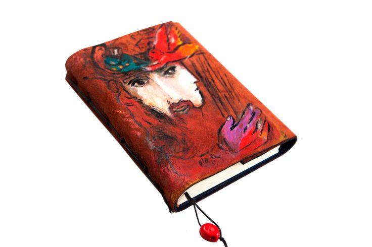 """Блокнот с копией работы Марка Шагала """"Давид и Вирсавия"""". Размер 12*17 см. Рисунок выполнен на натуральной замше терракотового цвета акриловыми красками, краски устойчивы к внешним воздействиям. Блокнот закрывается на скрытые магниты, на ляссе - настоящий коралл."""