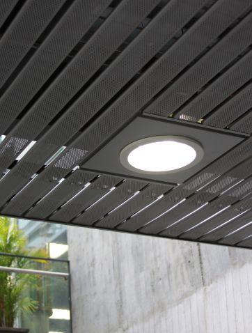 Cielo Raso Lineal Panel 84R HunterDouglas®  Corresponde a un cielo muy versátil, que gracias a sus elementos lineales, ofreceflexibilidad para lograr variadas formas planas y curvas, ángulos y diferentes niveles.