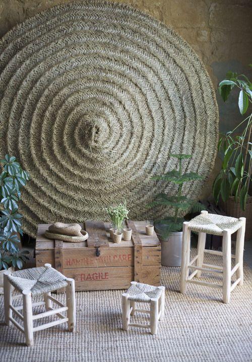 Sillas de madera mimbre enea alfombra esparto spanish rustic wood bamboo #interiors #exterior_accents