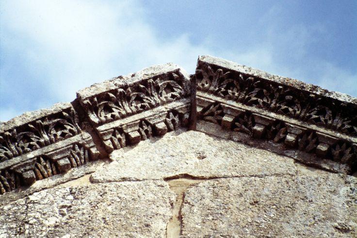 Basilica di San Simeone Stilita, Siria, a circa 30 km da Aleppo. Era una parte del convento cristiano, sorto nel luogo in cui Simeone Stilita, il primo asceta cristiano, visse e morì nel 459. Il complesso monastico bizantino fu costruito tra il 476 e il 491 per l'iniziativa dell'imperatore Zenone. Era un grandioso centro di culto.