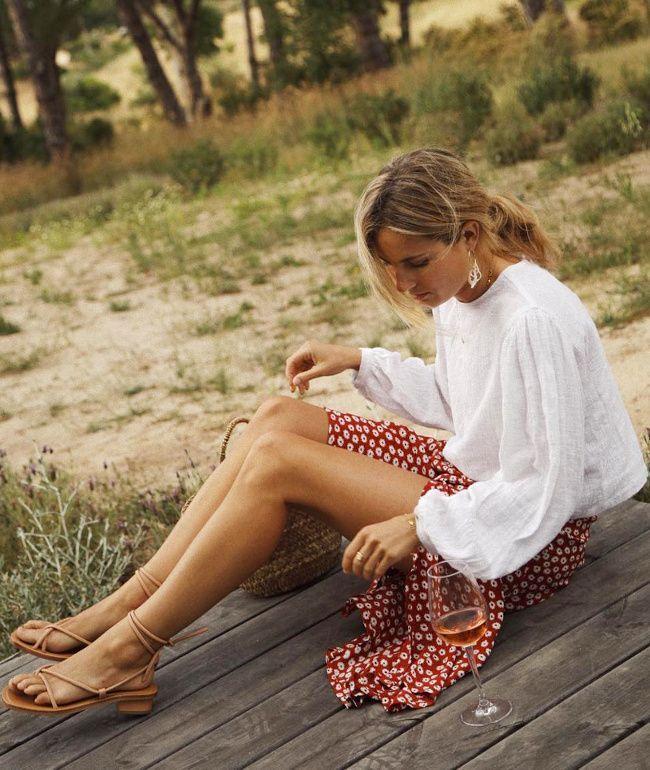 Weiße Bluse + flüssiger Midirock + saubere Sandalen = die richtige Mischung (p