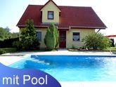 In vielen Ferienorten am Plattensee werden Ferienhäuser auch mit einem eigenen Pool angeboten. Plattensee-Unterkunft hat sich auf die Vermittlung von Ferienobjekten am Balaton spezialisiert.