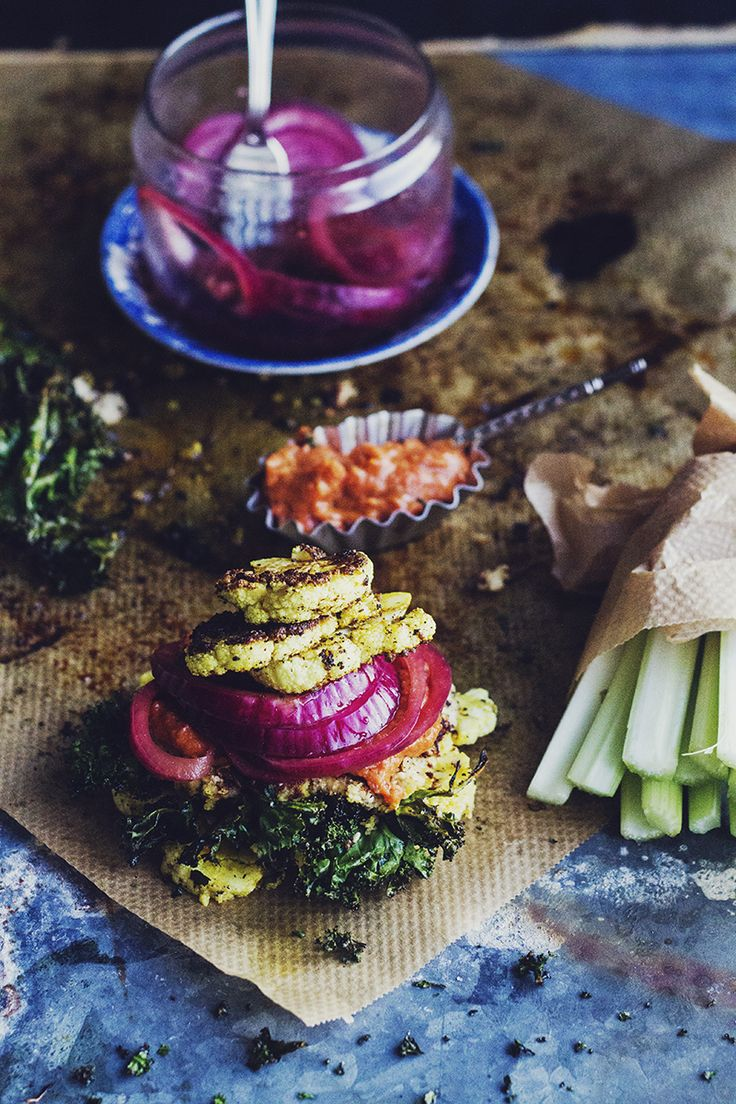 Hanna Göransson » Blomkålsburgare med picklad rödlök, grönkålschips, sojabönskräm & paprikakräm