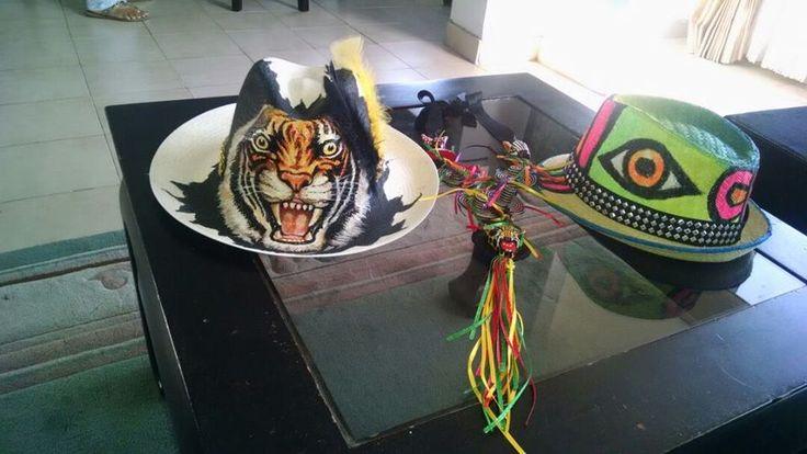 sombreros y collar carnaval
