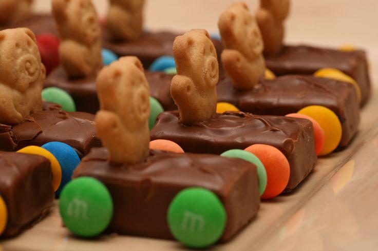 Leuke traktatie: Race-auto van een Mars, Bounty of ander chocolaatje met een berenkoekje en m&m's.