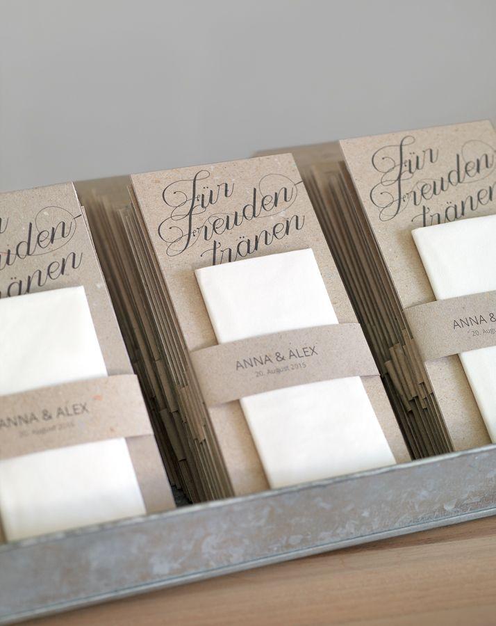 Für Freudentränen - Wir sind immer wieder auf der Suche nach neuen Ideen, um den Gästen bei der Trauung ein Papiertaschentuch bereit zu halten. Optimal ist dabei natürlich eine simple und preiswerte Herstellung. Diese Karten gefallen uns besonders gut, weil sie trotz des fehlenden Gesamtumschlags hygienisch sind, da man den Karton oben angreifen kann ohne das Taschentuch zu berühren.