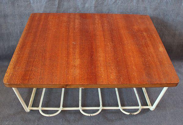 Klassiska telefonhylla i teak med hylla. Passar bra som hylla eller nattduksbord vid sängen. Fint skick, kostar 275 SEK