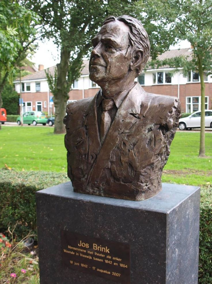 Belgisch hardstenen sokkel bij borstbeeld van Jos Brink