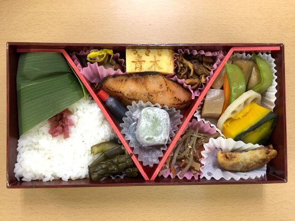 「東京弁当」(1650円) 東京駅のご当地駅弁として有名な、東京弁当。いわゆる幕の内弁当だが、牛肉は浅草今半、鮭の粕漬は人形町魚久、たまご焼きは築地すし玉青木……と、老舗の味がずらりと並んでいるのが特徴だ。