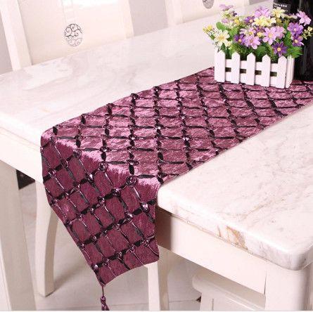Camino de mesa bordado con liston oscuro y flores de listón en color igual pero tono más oscuro con lentejuelas
