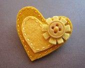 Corazón de fieltro amarillo