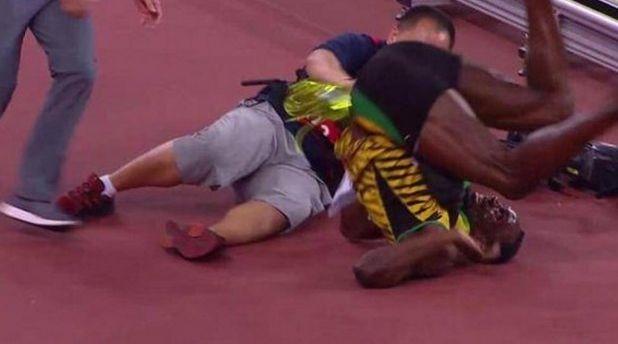 Camarógrafo atropella a Usain Bolt mientras celebraba