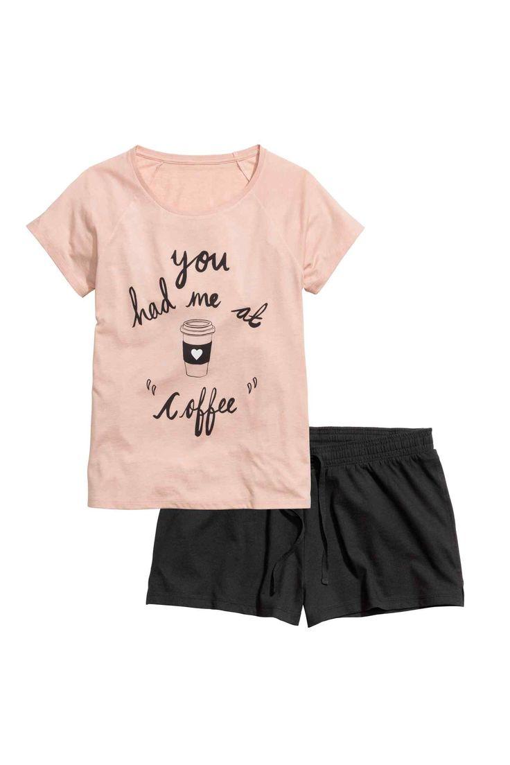 Пижамный комплект с шортами: Пижамный комплект из мягкого х/б трикотажа. Топ с коротким рукавом и короткие шорты с талией на резинке и кулиске.